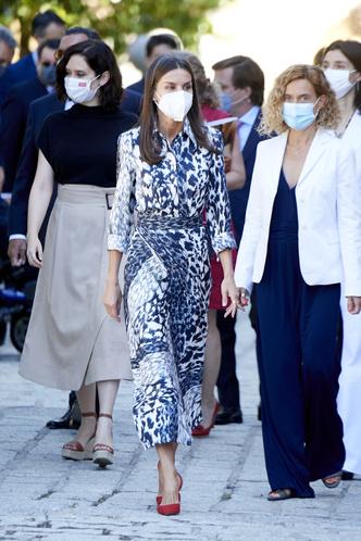 Фото №1 - Хищная красота: королева Летиция повторила свой выход в шелковом комплекте Victoria's Beckham