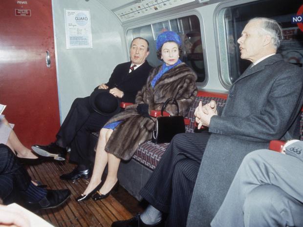 Фото №2 - Ее Бунтарское Величество: 8 раз, когда Королева нарушала протокол и меняла традиции
