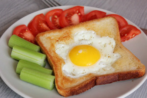 Фото №13 - 7 необычных и простых рецептов яичницы к завтраку