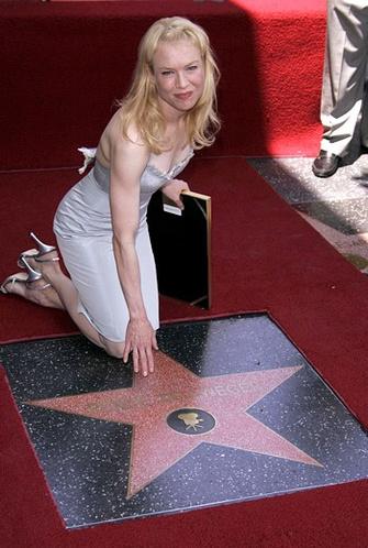 Американская актриса Рене Зеллвегер (Renee Zellweger) удостоилась именной звезды на Аллее Славы в Голливуде, 24 мая 2005.