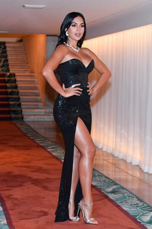 Фото №3 - Невеста Криштиану Роналду сразила всех своим декольте на Венецианском кинофестивале