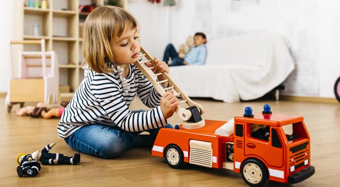 Мальчики могут играть в куклы, а девочки — в машинки: как объяснить это старшим?