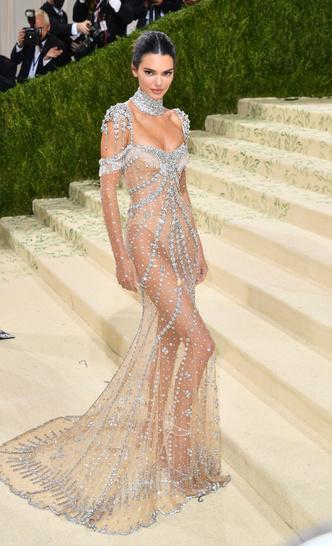 Фото №3 - В стиле сексуальной Одри Хепберн: самые провокационные «голые» платья на Met Gala