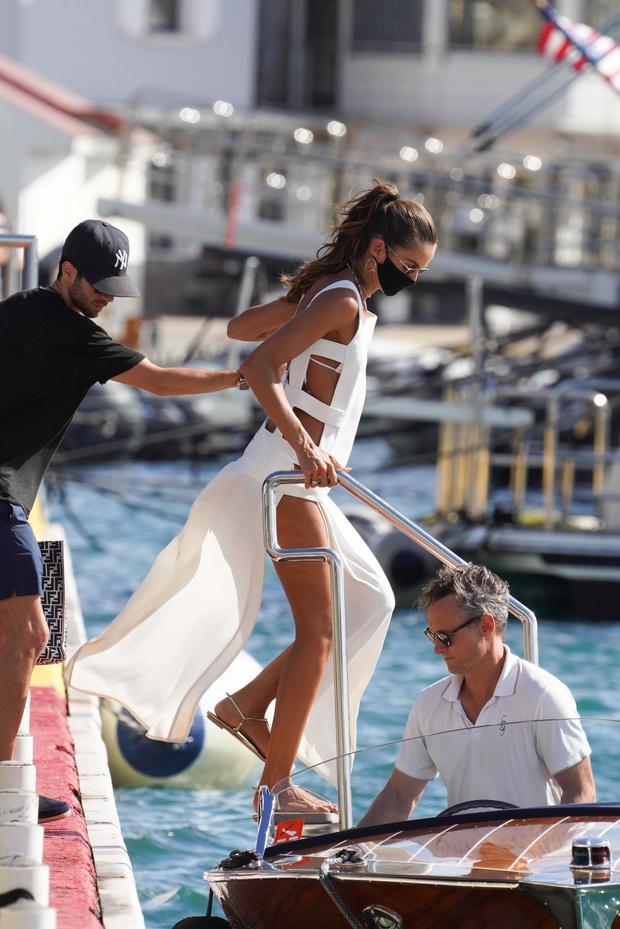 Фото №1 - Пляжный образ, достойный невесты: Изабель Гулар в белом платье-фартуке