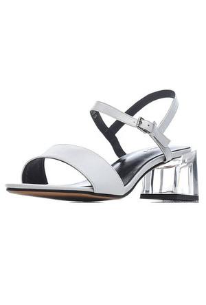 Фото №22 - От босоножек с декором до сандалий-гладиаторов: 10 антитрендов летней обуви