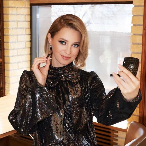 Фото №1 - Наталья Поклонская в сверкающем мини и игривых колготках в горошек доказала, что является самой красивой женщиной-депутатом