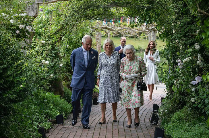 Фото №1 - Дамы в цвету: Елизавета II, Кейт и Камилла красиво вышли в свет