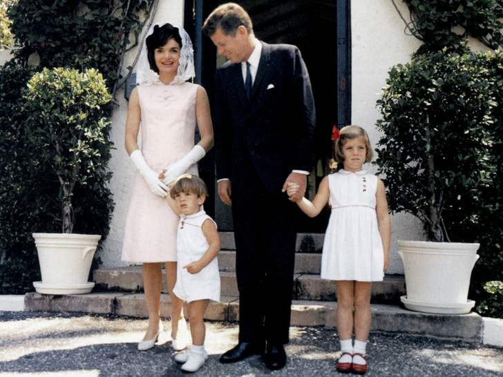 Фото №1 - Счастье на четверых: самые трогательные фото четы Кеннеди с детьми