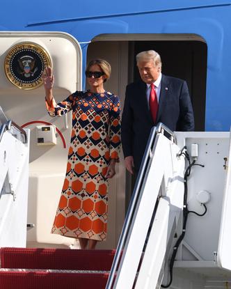 Фото №2 - Отпускное платье Gucci и широкая улыбка: Мелания Трамп с радостью возвращается к «обычной» жизни