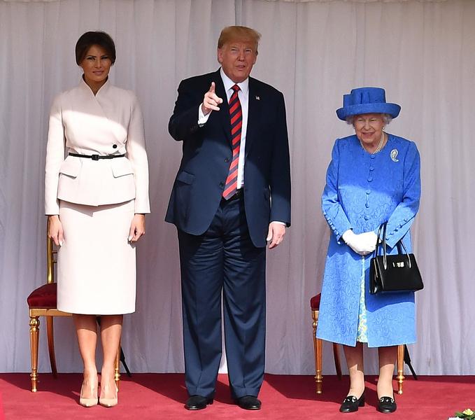 Фото №3 - От модных провалов до побед: как Первые леди одевались на встречи с Королевой