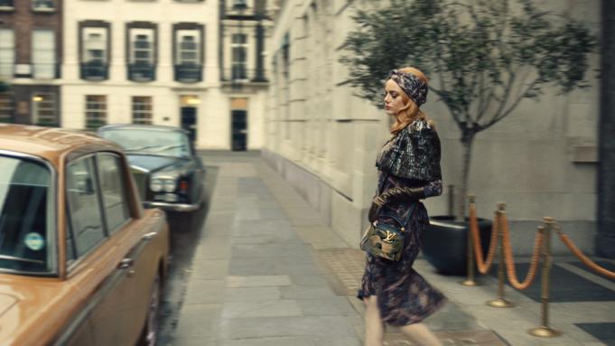 Фото №3 - 10 самых стильных нарядов Круэллы из фильма «Круэлла»