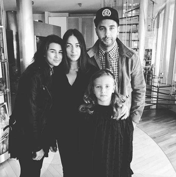 Иван Ургант с женой и дочками фото