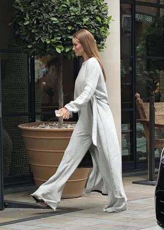 Фото №1 - Роузи Хантингтон-Уайтли показывает, как носить трикотажный костюм для дома на улице и попадать в хронику стритстайла