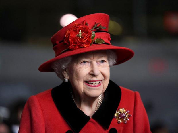 Фото №2 - Дорогой презент: любимое украшение Королевы, которое напоминает ей о принце Филиппе