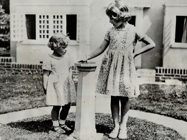 Фото №3 - Сестры и лучшие подруги: 20 самых трогательных и теплых фото Королевы и принцессы Маргарет