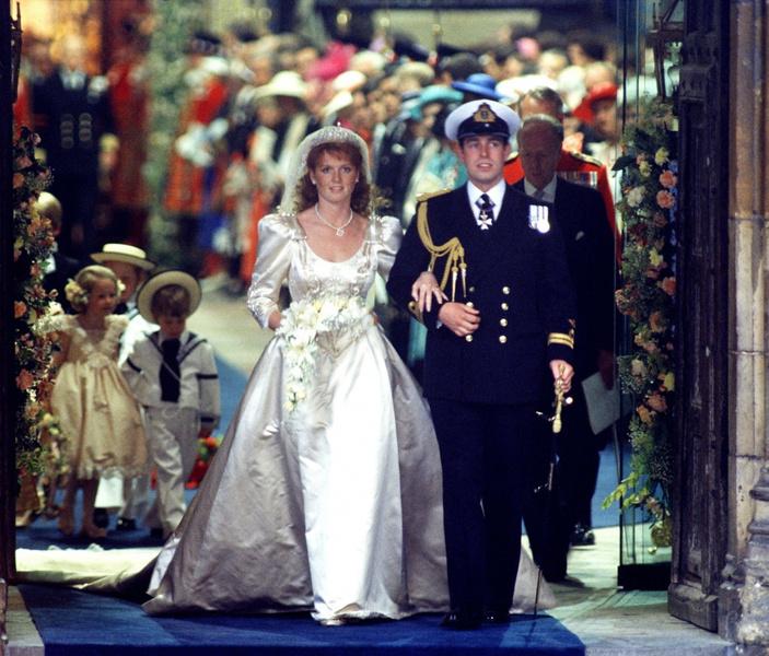 Фото №10 - Самые знаменитые свадебные платья Виндзоров: неудачные, смелые и даже бодипозитивные