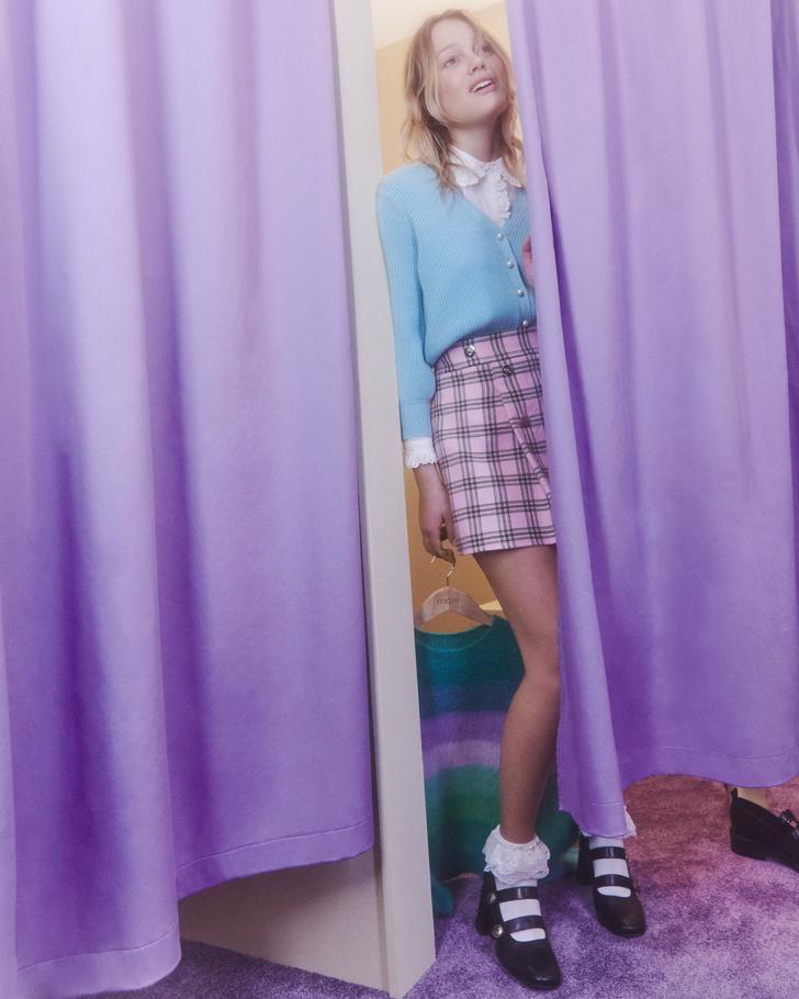 Фото №1 - Кардиганы, мини-юбки и воротнички: стиль школьницы из 90-х в новой коллекции Maje