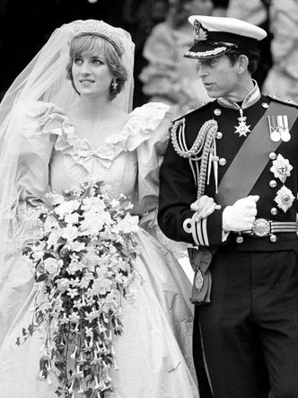 Фото №3 - Странная тиара и фата «из простыни»: поклонники раскритиковали свадебный образ Дианы в сериале «Корона»