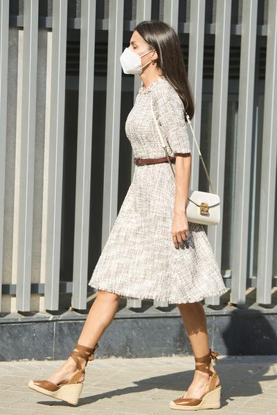 Фото №2 - Не повторять: королева Испании надела туфли, которые укорачивают ноги