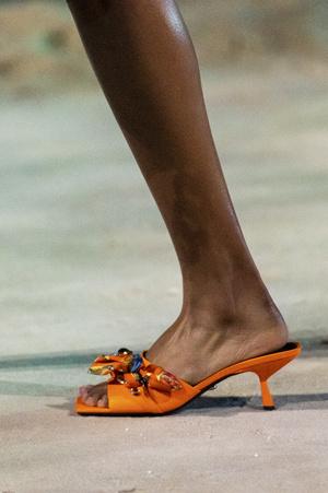 Фото №21 - Самая модная обувь весны и лета 2021: советы дизайнеров
