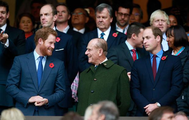 Фото №1 - Неужели разлад? Уильяма и Гарри срочно разводят в траурной процессии принца Филиппа