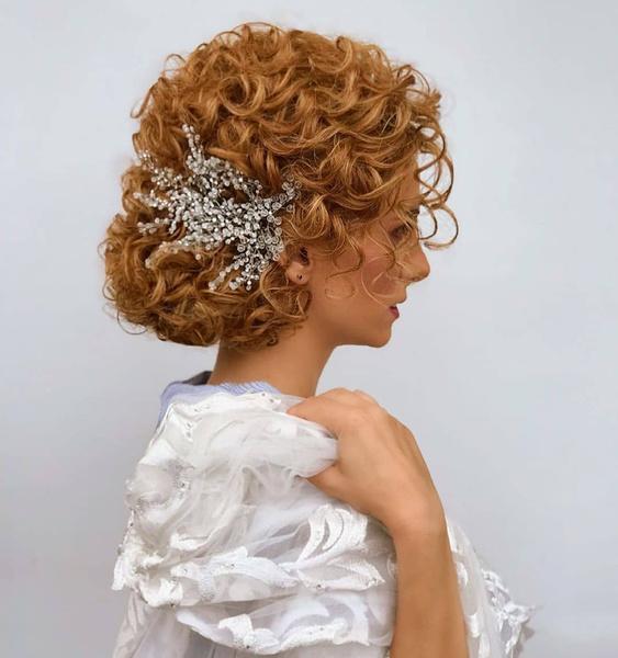 Фото №8 - Прически для кудрявых волос: 8 стильных вариантов для праздника и на каждый день