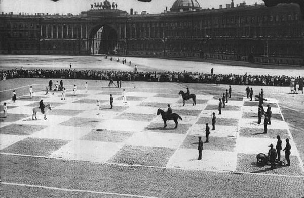 Фото №2 - История одной фотографии: живые шахматы на Дворцовой площади