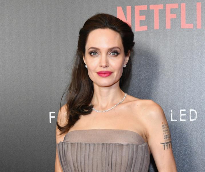 Фото №2 - Врачи, психолог и сексолог о том, какой женщиной стала Анджелина Джоли после удаления груди и яичников