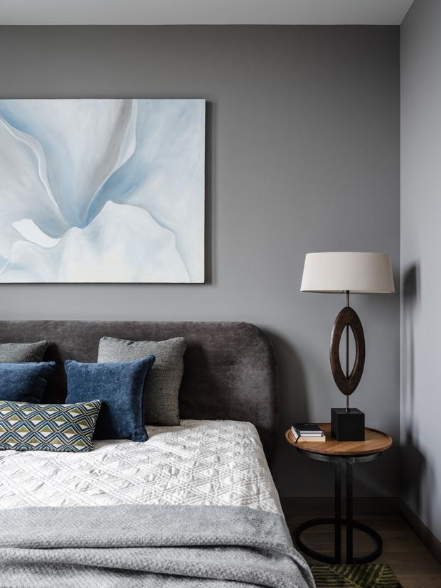 Картина «Калифорнийский ирис» Марии Пом, галерея Art Brut, Покрывало и плед Togas House of Textile, декоративные подушки Charles Cameron.