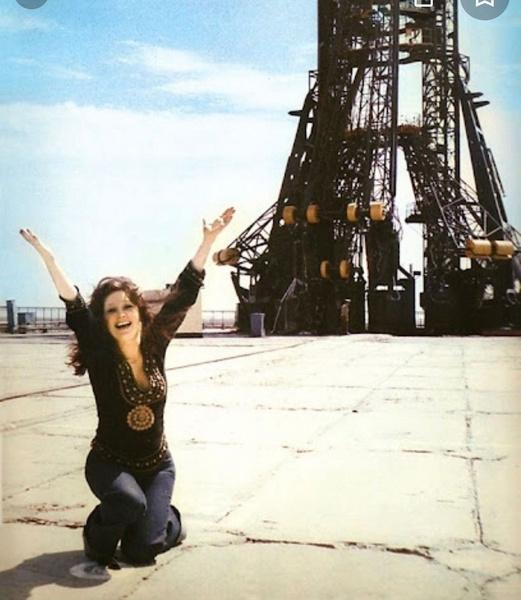 Фото №1 - Джинсы клеш и блуза в этническом стиле: Пугачева показала снимок на фоне ракеты