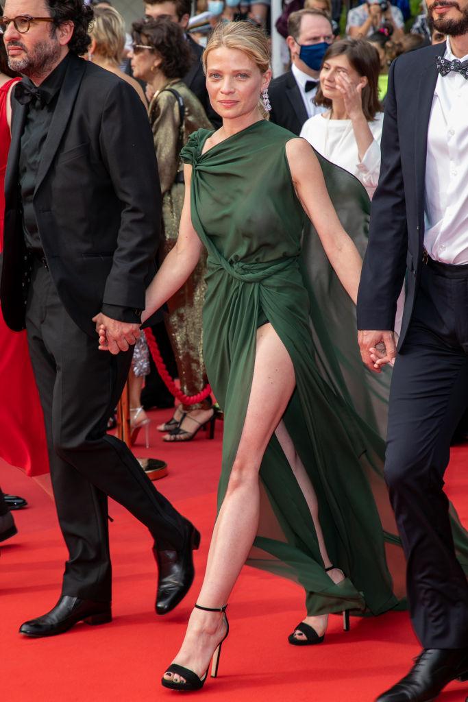 Фото №1 - Смотри в глаза: французская актриса Мелани Тьерри в «голом» платье Dior