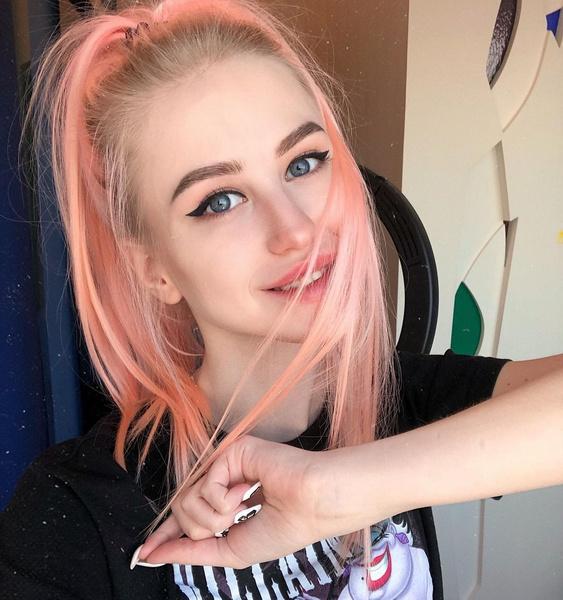 Фото №5 - Макияж под розовые волосы: учимся у Дианы Астер