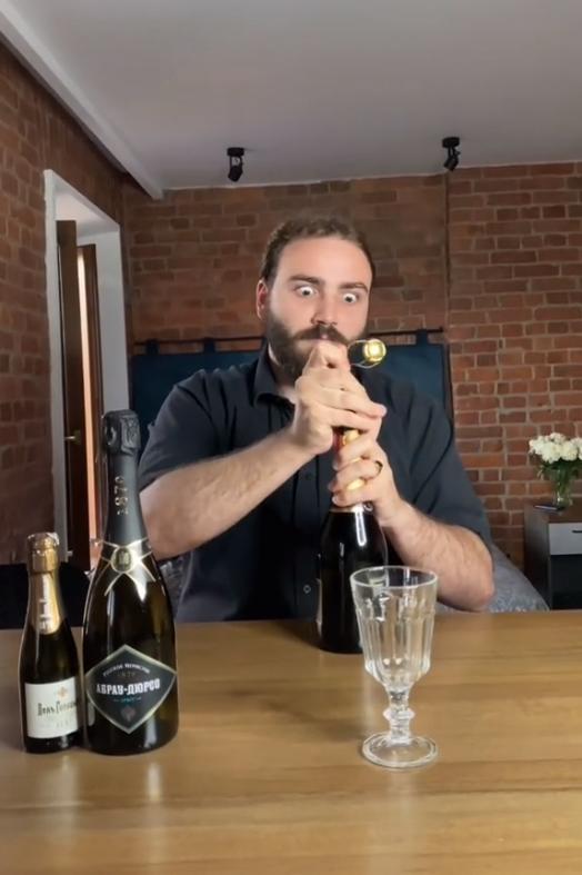 Фото №1 - В Сети стало вирусным видео, как француз дегустирует «Советское шампанское»