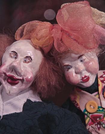 «Они красивые и загадочные» «Среди вещей, которые всегда переезжают со мной, много кукол. Крошечные и большие, из дерева, из соломы, даже из кукурузных листьев. Из Мексики я недавно привез очень странную куклу — Смерть, из папье-маше: в широком черном плаще, из-под капюшона выглядывает череп, а на руках полуистлевший труп. Очень красивая, блоковская какая-то. А актриса Наташа Вдовина подарила нам на свадьбу двух старичков-клоунов, удивительно трогательных. Хотел поблагодарить Наташу — не до-звонился, а потом забыл. Спасибо, Наташа! Куклы красивы и загадочны. Но я не думаю о том, что меня в них привлекает, просто чувствую, что вот эта кукла хочет жить у меня».