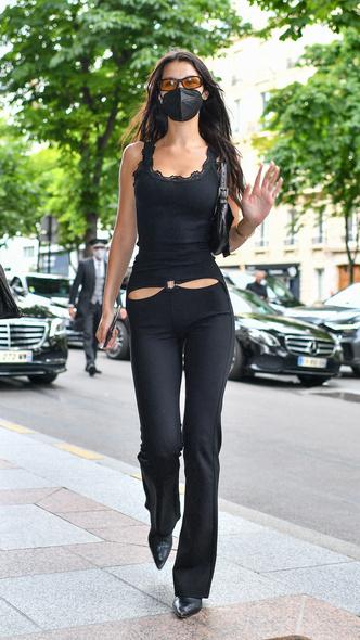 Фото №1 - Брюки с низкой талией снова в моде. Белла Хадид показывает компромисс для тех, кто не в восторге от этого тренда