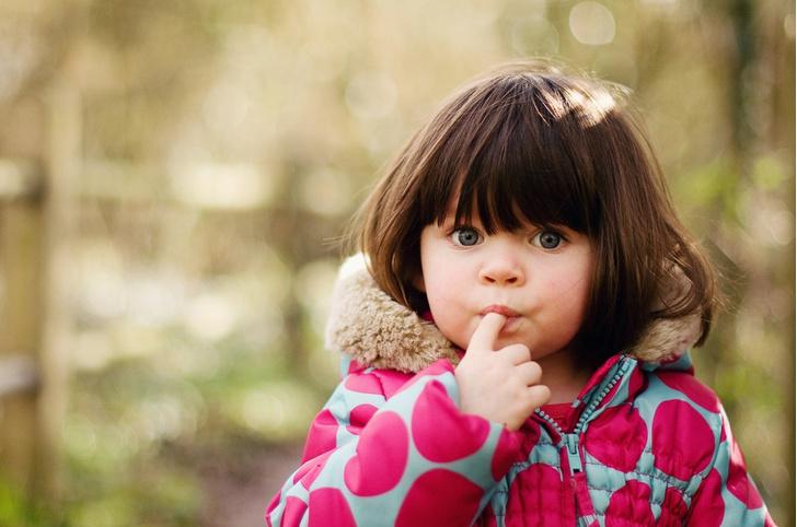 сосательный рефлекс, ребенок держит пальцы во рту