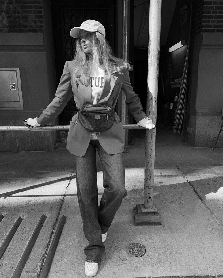 Фото №2 - Осенью носите поясную сумку с пиджаком, как это делает Эльза Хоск