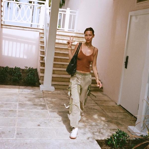 Фото №1 - C чем сочетать брюки карго: учимся у Беллы Хадид