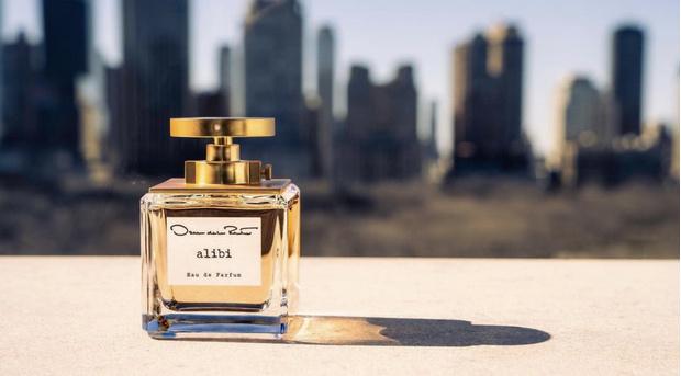 Фото №2 - Олицетворение соблазна: Ирина Шейк в черном бархате— лицо нового парфюма Oscar de la Renta