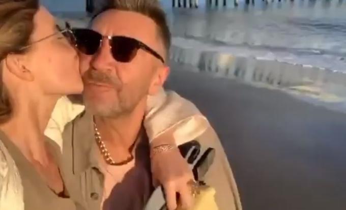 Фото №1 - «Представляю маленькие ножки, глазки, попку»: видео Шнурова о личном счастье уже посмотрели 2,3 млн раз