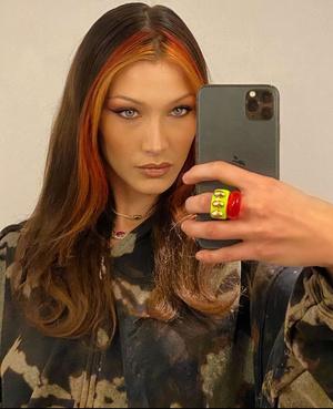 Фото №8 - Самый летний тренд: как носить пластиковые кольца, как у Беллы Хадид и Дуа Липы