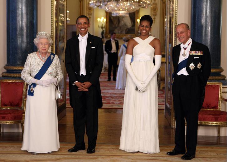 Фото №8 - От модных провалов до побед: как Первые леди одевались на встречи с Королевой