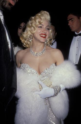 Фото №13 - Королева провокаций: 10 скандальных нарядов Мадонны, которые изменили моду
