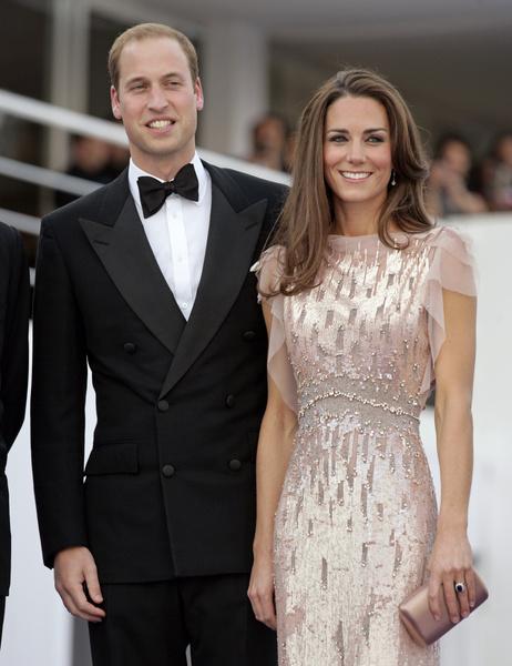 Фото №3 - Королевский выход: Кейт Миддлтон появилась на премьере фильма в «золотом» платье за 300 тыс руб