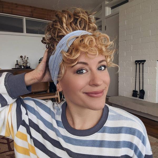 Фото №3 - Прически для кудрявых волос: 8 стильных вариантов для праздника и на каждый день