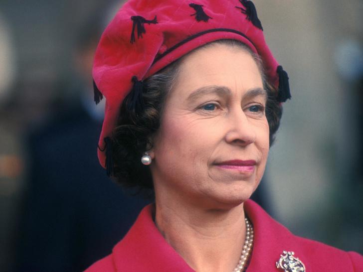 Фото №1 - Тайна украденного поцелуя: кому и зачем Королева подарила отпечаток своих губ на салфетке