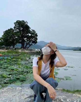 Фото №3 - Как стильно носить защитную маску летом: учимся у Наён из TWICE
