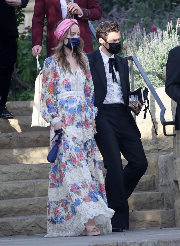 Фото №1 - Новый уровень отношений: Гарри Стайлс и Оливия Уайлд вместе переезжают в Лондон