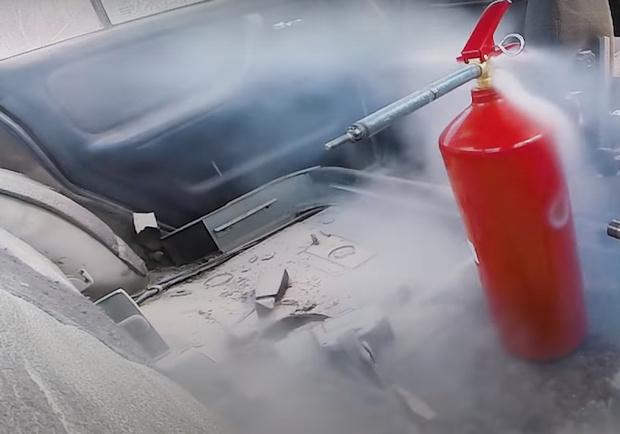 Фото №1 - Что будет, если внутри автомобиля взорвется огнетушитель (видеосъемка из салона)