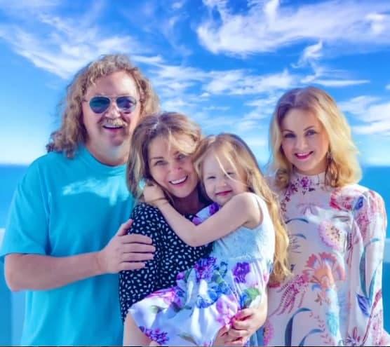 Игорь Николаев показал семью в полном составе: жена выглядит близняшкой старшей дочки